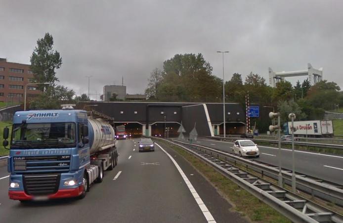 Transport en Logistiek Nederland pleit voor fotoborden langs de weg zodat vrachtwagenchauffeurs weten of hun voertuig door de tunnel kan.