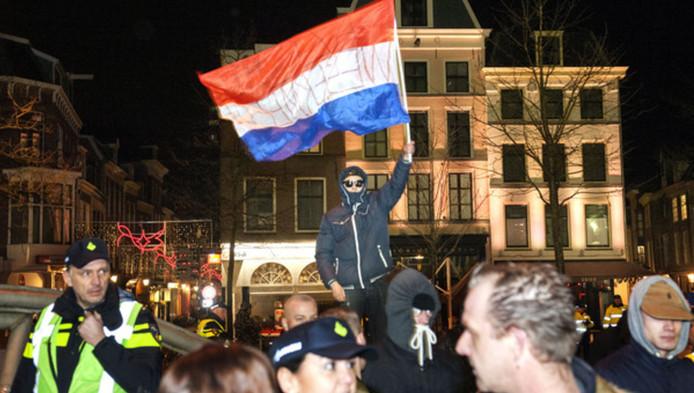 De politie had moeite de demonstratie bij het stadhuis in de hand te houden