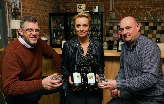 Peter Steurs, Tania Vissers en Tom Vissers stellen hun zelfgemaakte gin en vermout voor.