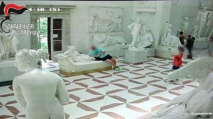 Museumbezoeker gaat voor foto's op beeldhouwwerk zitten en beschadigt sculptuur