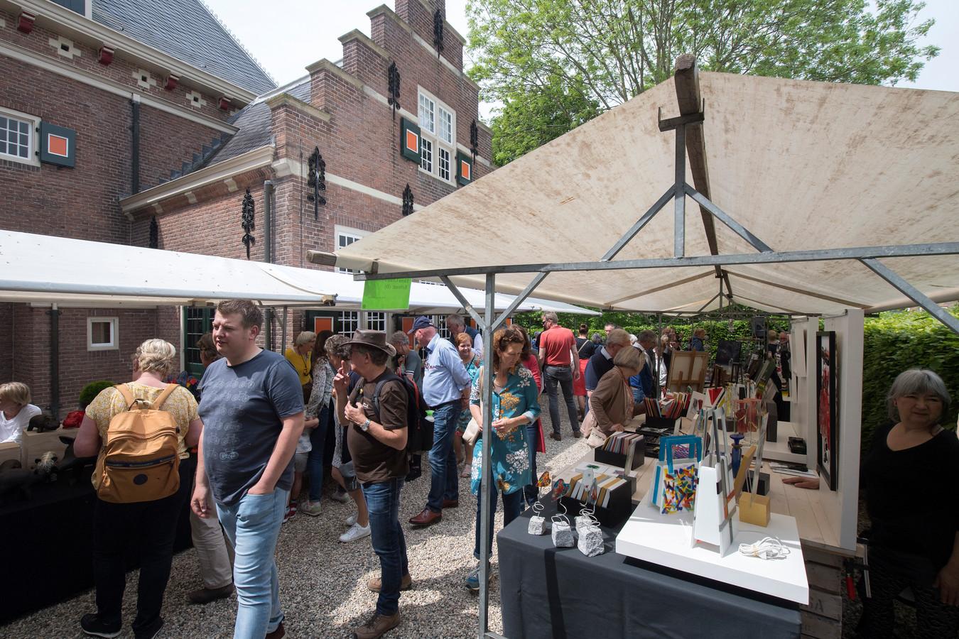 Er was veel interesse voor de honderd kramen op de kunstmarkt in Buren.