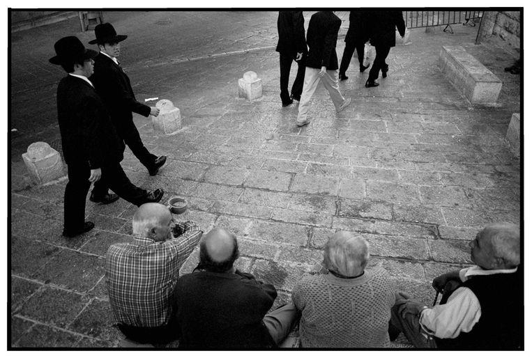 Joden en moslims komen elkaar tegen in de oude stad van Jeruzalem. Sinds het uitbreken van de Tweede Intifada passeren ze elkaar zonder elkaar een blik waardig te keuren. Beeld Trouw