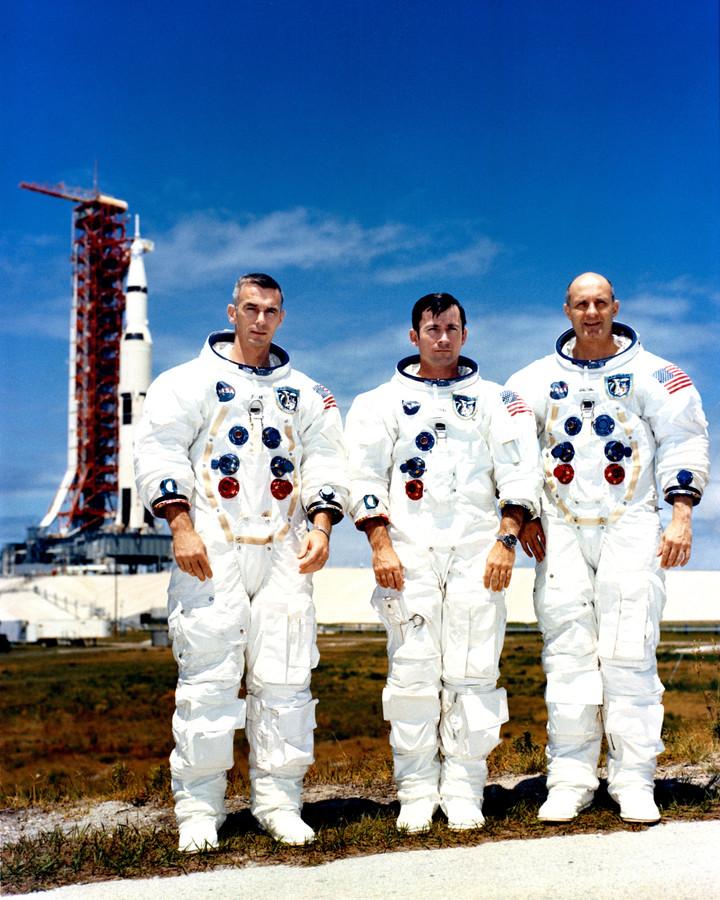 Eugene Cernan (links) samen met latere maanreiziger John Young en Thomas Stafford, die in mei 1969 de crew van Apollo 10 vormden. Apollo 10 cirkelde 31 maal om de maan, maar landde niet.