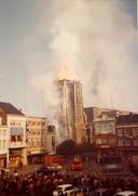Vele mensen keken vanop de Grote Markt naar de vlammen die uit de abdijtoren kwamen .