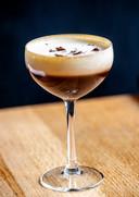 Coffee cocktail: ,,Ik houd zelf van een espresso-Martini na het eten en bedacht deze alcoholvrije variant omdat ik merkte dat die er nog niet was. Maak hier niet te veel van, een shotglaasje per persoon kan al voldoende zijn.''