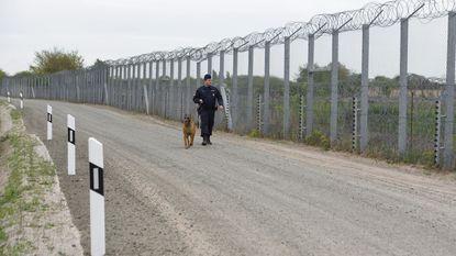 Constructie van tweede hek dat migranten moet tegenhouden op Hongaars-Servische grens beëindigd