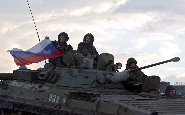 Russische soldaten verlaten een checkpoint bij Nadarbazevi in Georgië, op zo'n 70 kilometer afstand van Tblisi. © epa Beeld