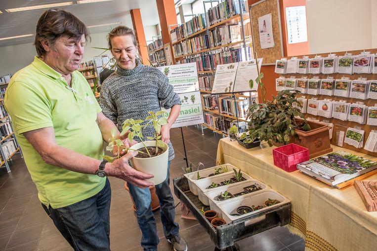 Het plantenasiel van Tuin(h)ier Pittem kreeg zondagochtend een satellietstandje in de bibliotheek.