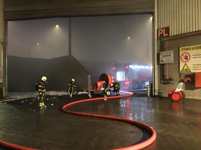 De brandweer probeert de loods te ventileren.