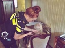 Agenten knippen haren eenzame vrouw (95) en halen patatje voor haar