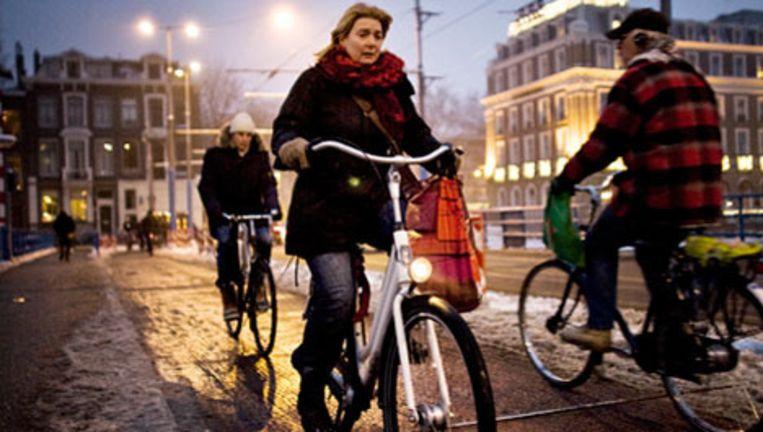 De fietsende Amsterdammer, zo lijkt het, heeft zich hier en daar laten opvoeden. Wat betreft de fietslampjes geldt dat zeker. Foto Bart Koetsier Beeld