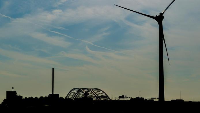 Tot verrassing van velen is ineens een grote windmolen verrezen naast de Van Brienenoordbrug.