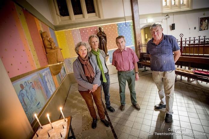 Vlnr Willy Elshof (bestuurslid locatieraad), Gerard Gervink (Gerarduscomité), Marlies Noordkamp-Drummen en Joop Noordkamp bij de nieuwe kapel.