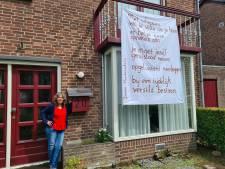Balkongedichten van Jeanine brengen vreugde in Rosmalense straat