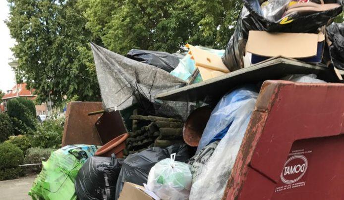 Containers vol met afval zijn Lijst IJpelaar een door in het oog.