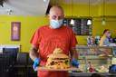 Uitbater Tom De Schryver met de 'challengeburger' in Bocadio Ninove tijdens de hamburger-challenge.