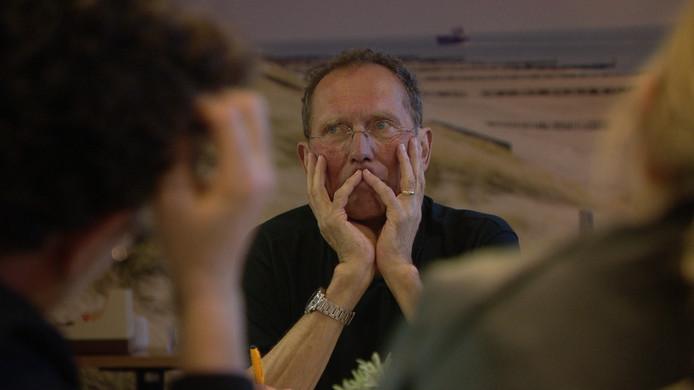Beeld uit de documentaire 'Opgeven? Amme nooit nie': Lein Lievense tijdens de vergadering van het organisatiecomité van de Kustmarathon waarin hij vertelt dat hij ongeneeslijk ziek is.