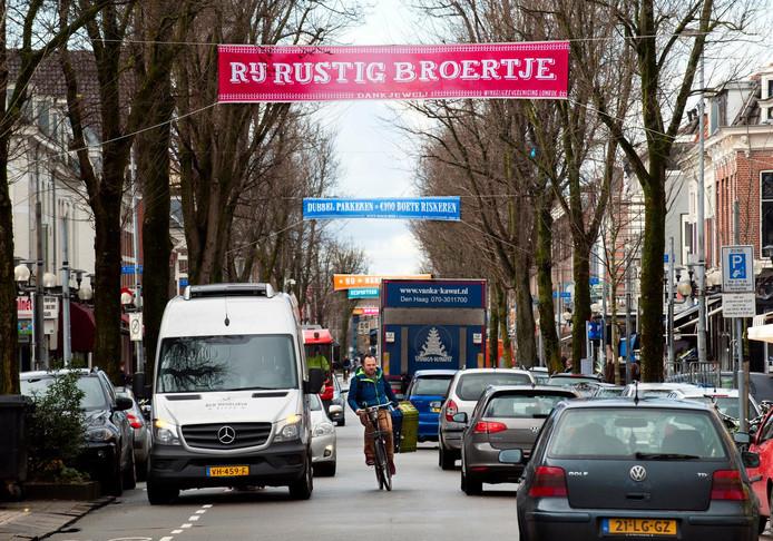 Spandoeken in de Kanaalstraat om scheuren, dubbel parkeren en andere verkeersoverlast tegen te gaan, hebben de problemen nog niet opgelost.
