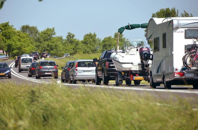 Toeristische verkeersdrukte op de Deltaweg bij Wilhelminadorp.
