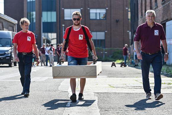 Zeventig kilo weegt de houten structuur zelf. Het Ros Beiaard dragen betekent nog eens dertig kilo extra.