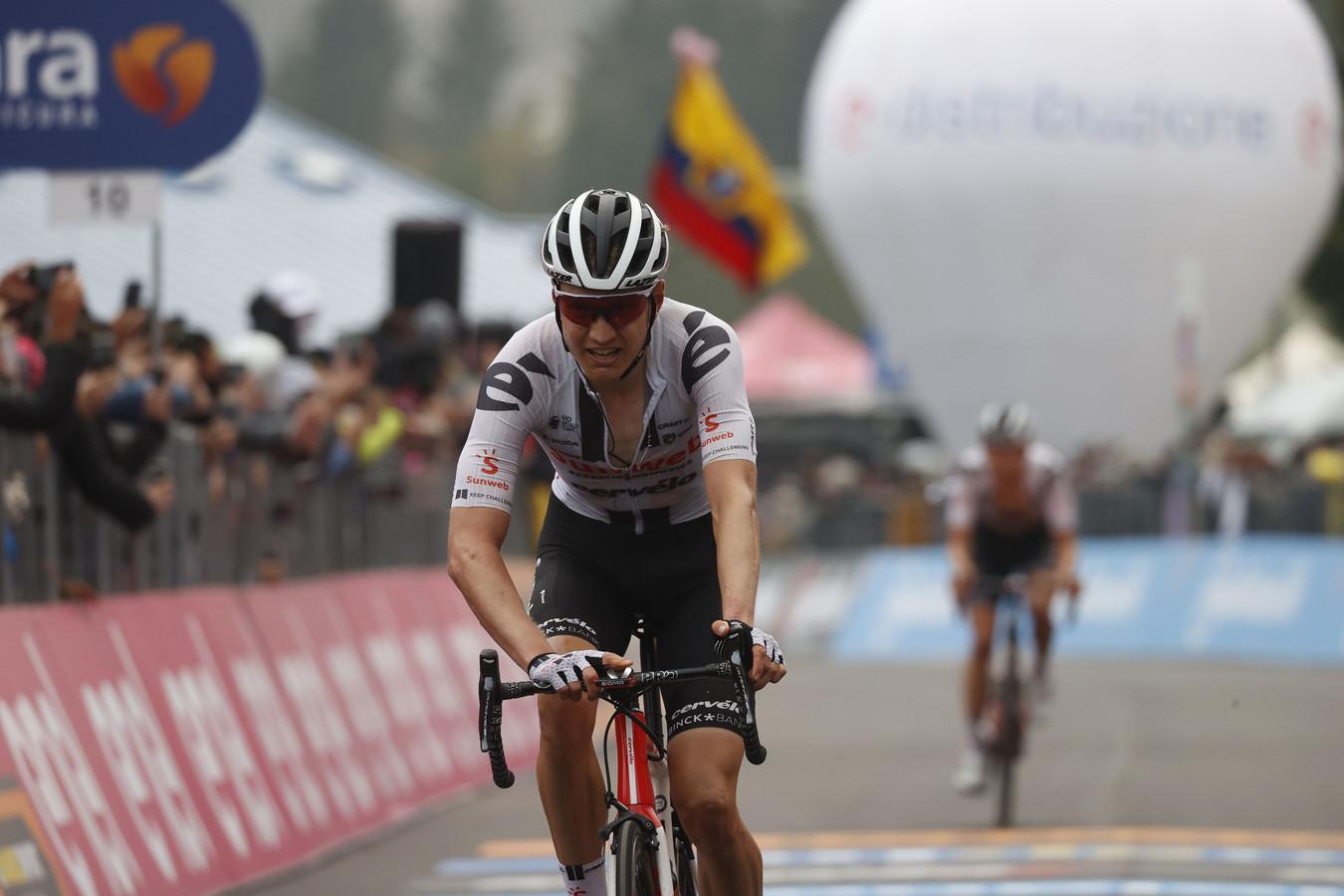 Kelderman komt over de finish, met ploeggenoot Hindley er vlak achter.