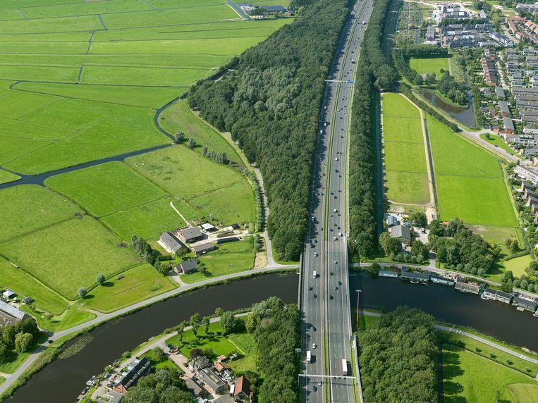 De snelweg A9 langs Ouderkerk aan de Amstel. Beeld Irvin van Hemert/ Rijkswaterstaat