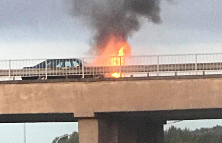 De Mercedes vatte vuur op de brug die Gullegem met Wevelgem verbindt.