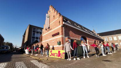"""300 leerlingen, leerkrachten en sympathisanten vormen mensenketting rond met sluiting bedreigde school: """"We dragen Sancta Maria in ons hart"""""""