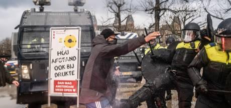 'Actievoerders tegen coronamaatregelen richten agressie steeds georganiseerder op politiemensen'