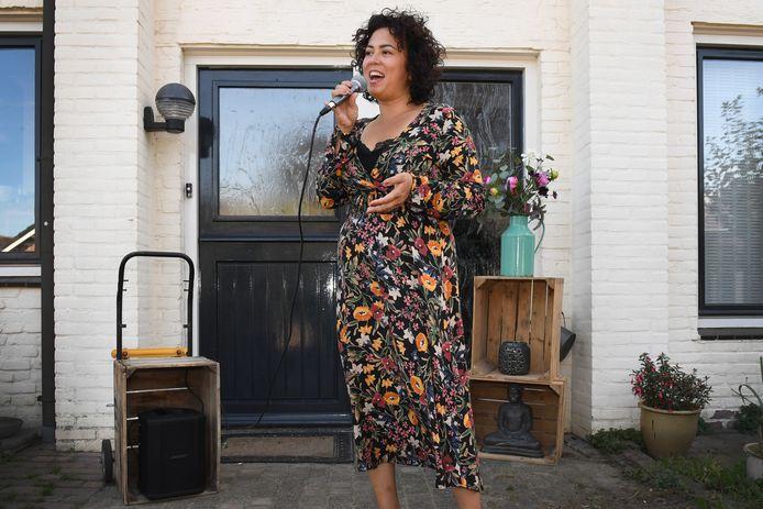 Mindy Martosoedjono en haar appelkratje. ,,Dat steekwagentje met dat kratje is voor mij het symbool geworden voor de veerkracht die ik heb als ondernemer.''