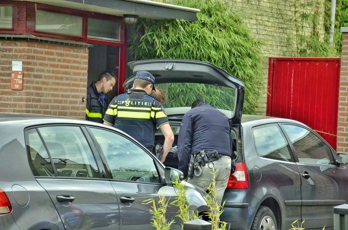 De politie heeft 2 auto's in beslag genomen.