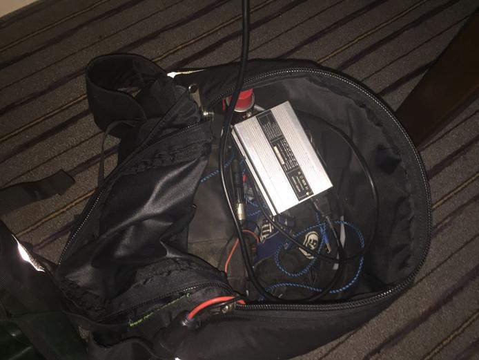 De accu in de fietstas van raadslid Van Schie die de politie voor een bom aanzag.