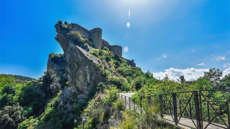 Het kasteel van Roccascalegna ligt op een bergtop.