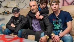Inwoners Oostrozebeke durven straat niet op door 30-tal hangjongeren, dus richt vader kelder in waar ze zich kunnen uitleven