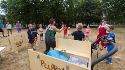 Kinderen triggeren voor kunst met de Plutomobiel