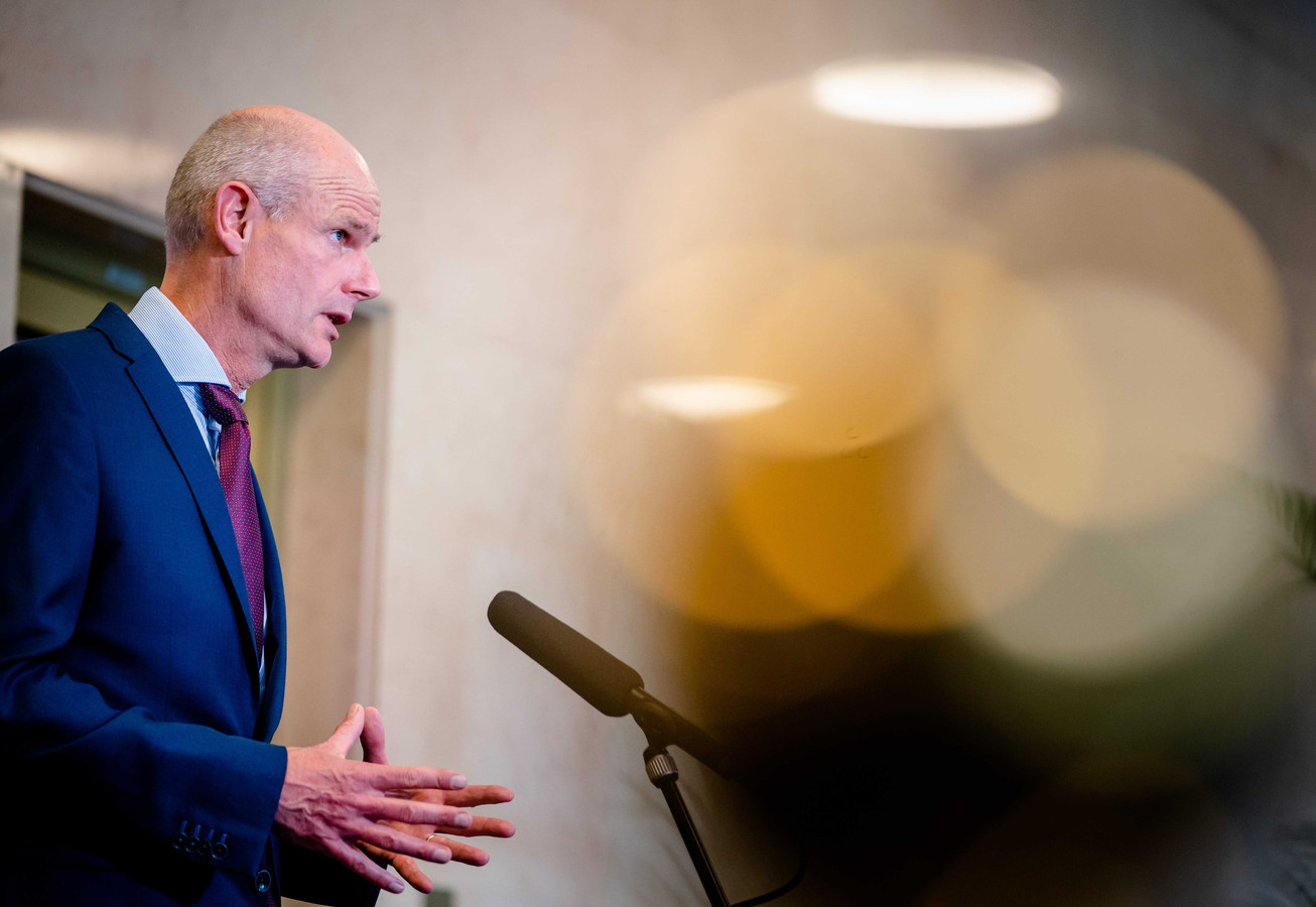 Minister Stef Blok van Buitenlandse Zaken (VVD) gisteren bij aankomst op het ministerie van Veiligheid en Justitie voor een overleg van de Ministeriele Commissie Crisisbeheersing (MCCb) over het coronavirus.