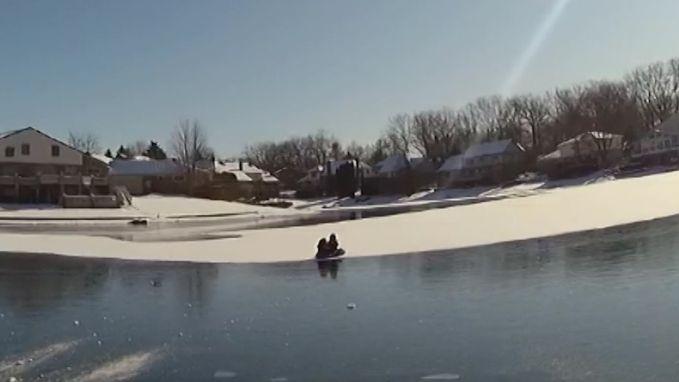 """Brandweer redt kinderen op bevroren meer: """"Het ijs is veel te dun en ik kan er niet bij"""""""