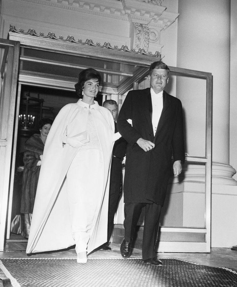 1961: Jackie Kennedy in een jurk van Oleg Cassini. Beeld getty