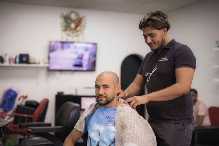 """Francesco Patera bezoekt zijn Turkse kapper in de Stalenstraat: """"In Genk leven alle nationaliteiten door elkaar. Heerlijk toch!"""""""