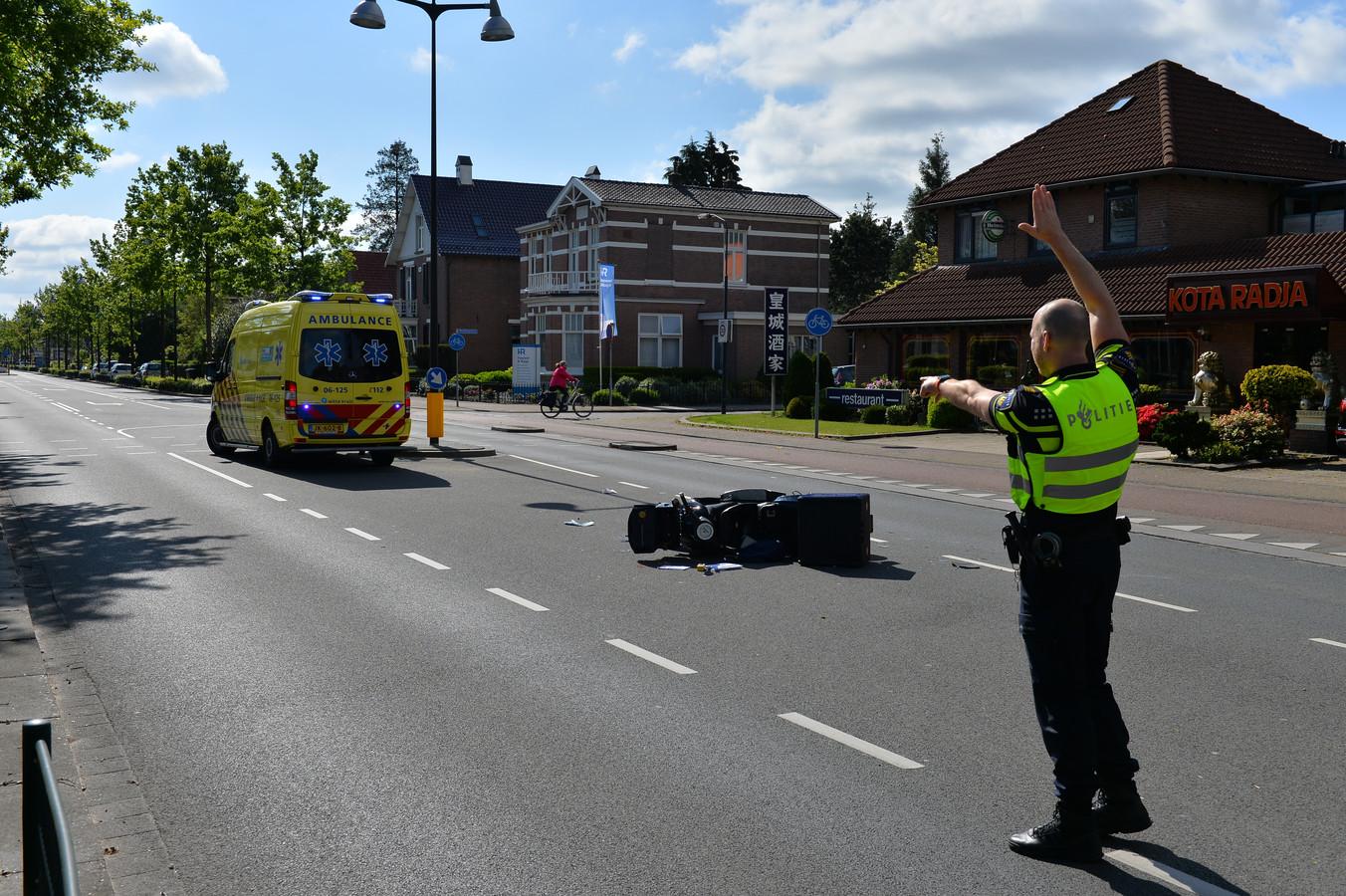 De Deventerstraat in Apeldoorn was vanmorgen tijdelijk gedeeltelijk afgesloten door een ongeval waarbij een scooterrijdster gewond raakte.