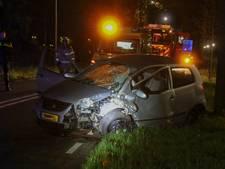 Auto ramt boom, bestuurder gewond