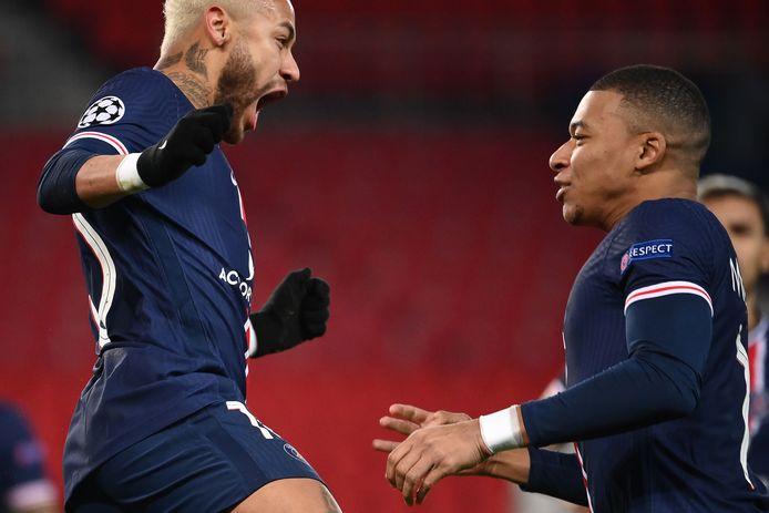 Neymar en Mbappé vieren de treffer.