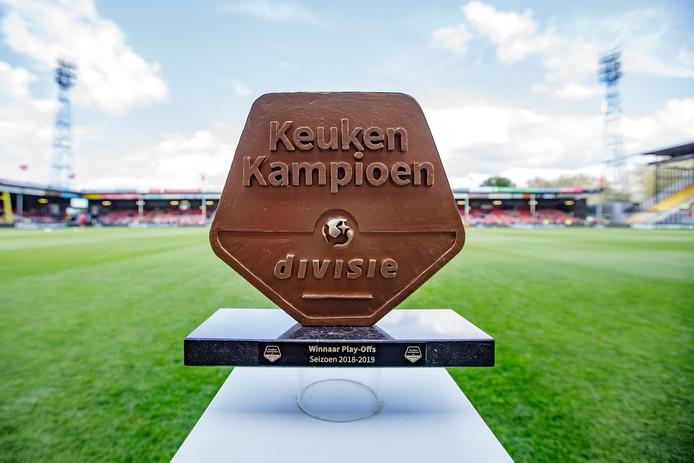 Het schild staat klaar aan de rand van het veld voor de promovendus uit de Keuken Kampioen Divisie, Go Ahead Eagles of RKC.