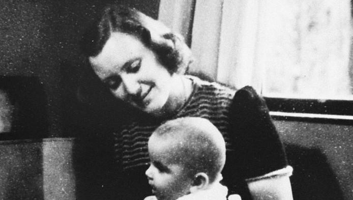Marion Pritchard met een van de kinderen die ze hielp onderduiken.