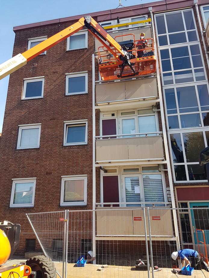 Balkons krijgen een stalen frame. Hier zijn werknemers bezig in de Jadestraat.