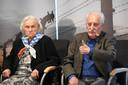 Leon Weintraub doet na hoe kamparts Josef Mengele met zijn duim gevangen naar links of rechts stuurde (de gaskamers of het werkkamp). Overlevende Alina Dabrowska zit naast hem.