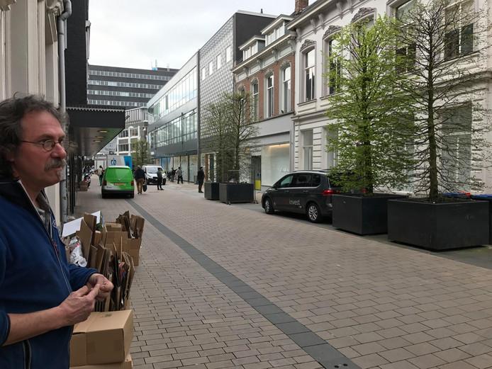 Ron Meijboom bij de wand, tot en met het witte pand is de straatwand opslag van de Zara.