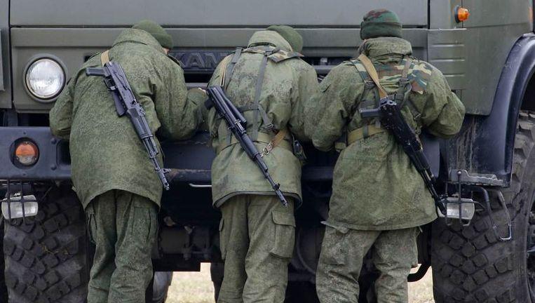 Russische militairen, of - zoals Poetin ze noemt - zelfverdedigingstroepen vandaag bij Simferopol. Beeld reuters
