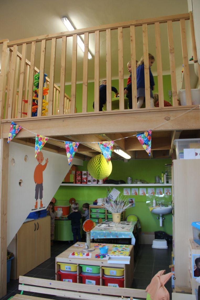 De kinderen kunnen nu boven en beneden spelen in de klas.