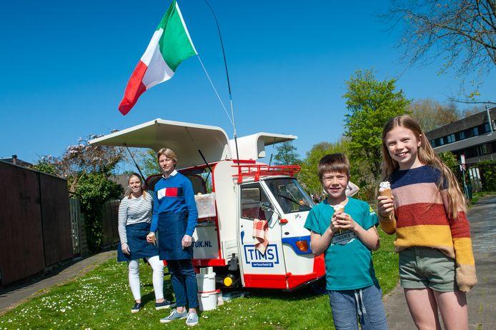 Tim en Fleur Lafeber rijden met de ijstuktuk langs huizen. Faas (7) en Noor (10) mochten een ijsje kopen.